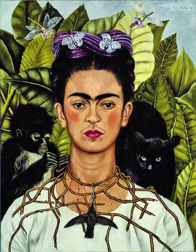 Frida Kahlo, Autoritratto con collana di spine e colibrì, 1940, Olio su tela, 61,2 x 47 cm Harry Ransom Center, Austin, Texas  Photo Album/Scala, Florence . © Banco de México Diego Rivera Frida Kahlo Museums Trust, Mexico, D.F./DACS 2021